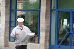 Lecture des nouvelles du jour dans le centre-ville de Târgu Mureş. (© Stéphan SZEREMETA)