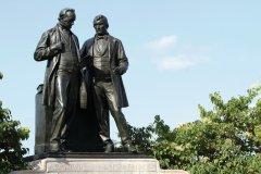Statues de Baldwin et Lafontaine, qui ont contribué à la naissance du Canada. (© Stéphan SZEREMETA)
