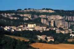 Le village de Roquefort, adossé au flanc du Combalou (© TOM PEPEIRA - ICONOTEC)