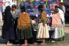 Bénédiction des camions lors de la fête de la Vierge d'Urkupiña à Quillacollo. (© Thierry Lauzun - Iconotec)