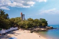 La plage de l'Anse Rouge et la tour Plantier à Noirmoutier dans le bois de la Chaize (© Carré Pixel - Fotolia)