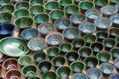 Étal d'un vendeur de bols en céramique. (© Patrice ALCARAS)