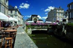 Sur les rives de l'Aure, de magnifiques bâtisses qui ont résisté au temps (© Franck GODARD)