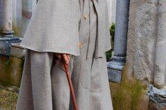 La Cape de Berger en tissu des Pyrénées est confectionnée depuis 1975 dans l'atelier. (© ESPRIT DES PYRÉNÉES)
