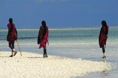 Maasaïs sur une plage de Zanzibar (© brytta - iStockphoto.com)