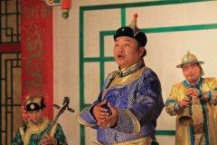 Chanteur traditionnel au théâtre de Tumen Ekh. (© Jérôme BOUCHAUD)