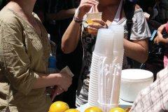 Petite pause jus de fruits dans la rue. (© Maxence Gorréguès)