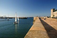 Le long des quais ensoleillés en ressortant du port (© Franck GODARD)