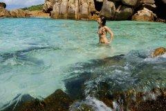 Piscine naturelle dans les rochers sur la plage Anse Cocos. (© Erbetta Davide)
