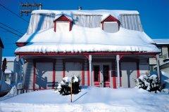 Maison de campagne enneigée. (© Yukiko Yamanote - Iconotec)