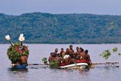 Arrivée des masques dukduk dans la baie de Rabaul. (© Philippe Gigliotti)