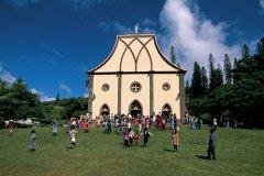 Habitants de l'île des Pins à la sortie de la messe. (© Author's Image)