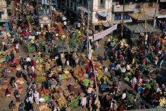 Marché quotidien au coeur du quartier d'Asan Tole. Les maraîchers déballent leur étal à même le sol, sur une toile. (© Author's Image)