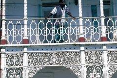 Vieille maison coloniale au balcon en fer forgé. (© Sir Pengallan - Iconotec)