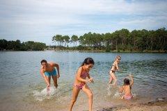 Baignade dans le lac de Clarens. (© Christian Prêleur - CDT 47)