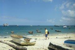 Une plage de Zanzibar Town près du port. On voit des dizaines d'embarcations diverses. (© Arnaud BEBIEN)