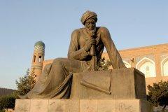 La statue d'Al-Khawarizmi, originaire de la région de Khiva, qui introduisit l'algèbre dans les mathématiques. (© Jeff Jones - Iconotec)