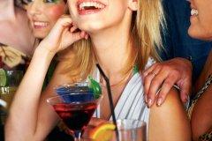 Jeune femme dans un bar (© Yuri Arcurs - Fotolia)