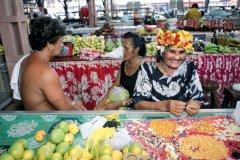 Une  Mama Ruau  fabrique des colliers de coquillages au marché de Papeete. (© Sylvain GRANDADAM)