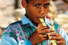 Jeune garçon proposant des flûtes, oasis du Fayoum. (© Sylvain GRANDADAM)