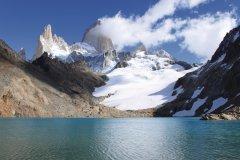 La Laguna de los Tres et son glacier glissent du Cerro Fitz Roy. (© Pierre-Yves SOUCHET)