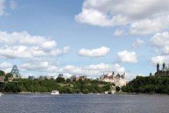 Vue panoramique sur la colline du Parlement et le pont Alexandra. (© Stéphan SZEREMETA)