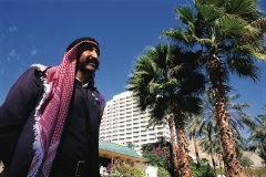 Homme devant l'hôtel Princess à Eilat. (© Tom Pepeira - Iconotec)