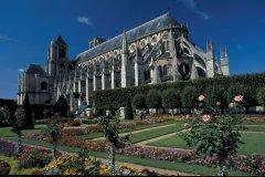 Cathédrale Saint-Etienne et jardins Jacques Coeur (© TOM PEPEIRA - ICONOTEC)