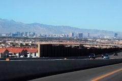 En plein milieu du désert Las Vegas et sa Stratosphère Tower. (© Stéphan SZEREMETA)