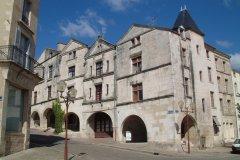 Maisons à arcades de la Place Belliard (© Ville de Fontenay-le-Comte)