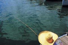 Pêcheur dans la marina de Saint-Gilles-les-Bains. (© Atamu RAHI - Iconotec)