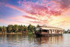Houseboat traditionnel sur les rives du lac Vembanad à Alleppey. (© Byheaven - iStockphoto)