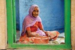 Vieille femme préparant le repas. (© Nicolas HONOREZ)