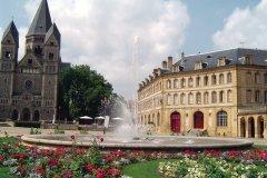 Le Temple Neuf et la place de la Comédie (© Jérôme DELAHAYE - Fotolia)