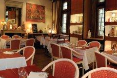 Au retour des beaux-jours, le restaurant vous accueille dans son beau jardin intérieur. (© La Maison-Millière)