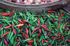 Piments, échalottes, légumes sur un marché (© Eloïse BOLLACK)
