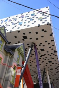 Le Scharp Centre for Design par l'architecte Will Alsop.