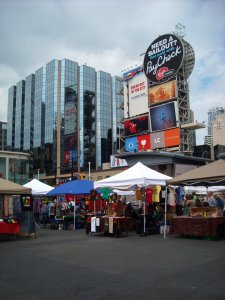 Marché du week-end au Yonge-Dundas Square.