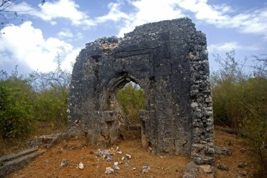 Les vestiges d'une mosquée à Tumbatu. (© nyiragongo)