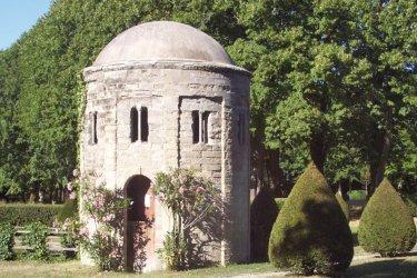 Pavillon et jardin du Château de Loubens. (© ChateaudeLoubens.com)