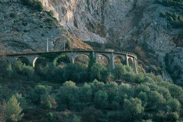 Ligne de chemin de fer dans la vallée de la Roya (© ITZAK NEWMANN - ICONOTEC.COM)