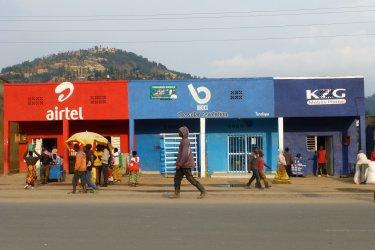 Au Rwanda, des villages entiers sont aux couleurs d'opérateurs téléphoniques. (© François JANNE DOTHEE)