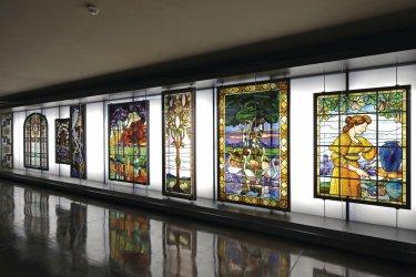 La galerie de liaison du musée des Beaux-Arts de Limoges, ornée de vitraux de Francis Chigot (© Ateliers d'édition - Ville de Limoges - Laurent LAGARD et Vincent SCHRIVE)