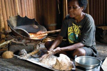 Préparation de galette de Sagou dans le Moyen-Sepik. (© Philippe Gigliotti)