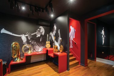 Musicien atypique, Raymond Devos jouait sur scène de 17 instruments présentés dans cette salle. (© MAISON-MUSÉE RAYMOND DEVOS)
