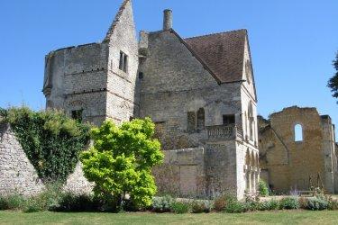 Vestiges du château royal, reconstruit au XIIe siècle par Louis VI le Gros. (© Office de tourisme de Senlis)