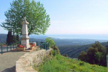 Monument aux morts de Solaro et vue sur l'étang de Palo. (© Xavier Bonnin)