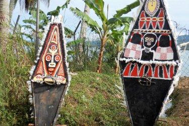 Boucliers ornés de peintures traditionnelles. (© Annalucia - Shutterstock.com)