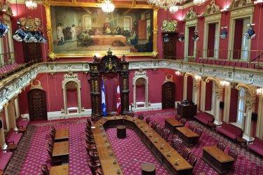 Salle du Conseil législatif à l'Assemblée nationale du Québec. (© Valérie FORTIER)