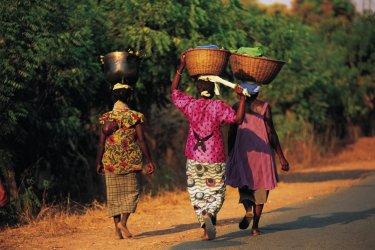 Femmes portant des paniers. (© Tom Pepeira - Iconotec)